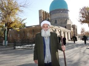 Старичок у мечети в Шахрисабзе